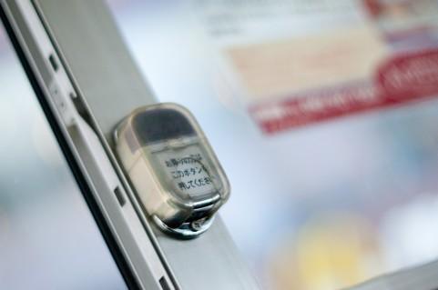 降車ボタンが押されているのにバス停を通過してしまった